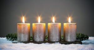 Velas dos adventos da luz quatro com fósforos imagem de stock royalty free