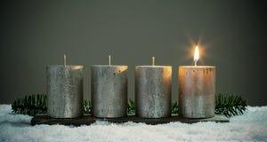 Velas dos adventos da luz quatro com fósforos foto de stock royalty free