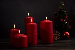 Velas e árvore de Natal vermelhas Imagem de Stock