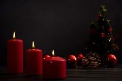 Velas e árvore de Natal vermelhas Fotos de Stock Royalty Free