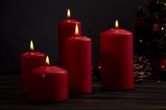 Velas e árvore de Natal vermelhas Fotografia de Stock Royalty Free