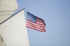 Velas e bandeira de um navio Fotos de Stock
