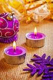 Velas e bola de incandescência do Natal Imagem de Stock