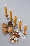 Velas e cookies gingerbred Fotografia de Stock Royalty Free