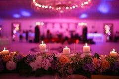 Velas e decoração flamejantes das flores Foto de Stock Royalty Free