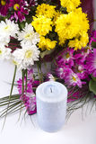 Velas e flores isoladas no branco imagens de stock