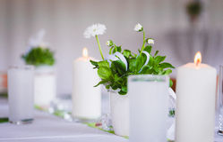 Velas e margaridas na tabela Imagens de Stock Royalty Free