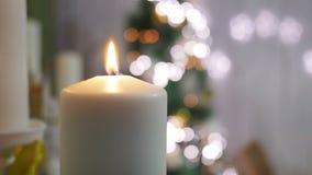 Velas e ornamento do Natal sobre o fundo escuro com luzes filme