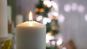 Velas e ornamento do Natal sobre o fundo escuro com luzes Foto de Stock