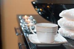 Velas e pilha ardentes das toalhas Fotografia de Stock Royalty Free