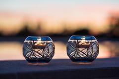 Velas e suportes bonitos da luz do chá Fotos de Stock