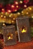 Velas eléctricas con las decoraciones de la Navidad en luz atmosférica Foto de archivo