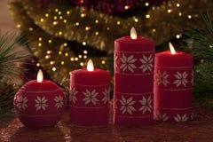 Velas eléctricas con las decoraciones de la Navidad en luz atmosférica Foto de archivo libre de regalías