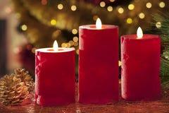 Velas eléctricas con las decoraciones de la Navidad en luz atmosférica Fotografía de archivo