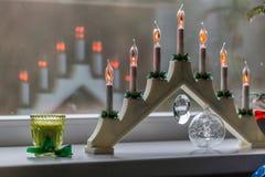 Velas eléctricas del ` s del Año Nuevo en el travesaño de la ventana Imágenes de archivo libres de regalías