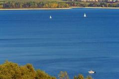 Velas em um lago Imagens de Stock