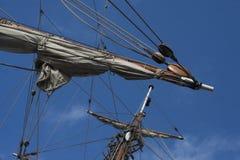 Velas em um topmast dianteiro da fragata retro do navio de navigação imagem de stock