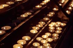 Velas em uma igreja escura Fotos de Stock Royalty Free