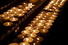 Velas em uma igreja escura Imagens de Stock