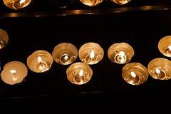 Velas em uma igreja escura Imagem de Stock Royalty Free
