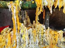 Velas en el templo en Tailandia Foto de archivo libre de regalías
