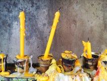 Velas en el templo en Tailandia Imágenes de archivo libres de regalías