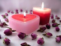 Velas en forma de corazón con los capullos de rosa Imagen de archivo libre de regalías