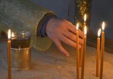Velas en la adoración de la iglesia Imágenes de archivo libres de regalías