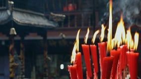 Velas en la capilla del taoist que quema lentamente almacen de metraje de vídeo