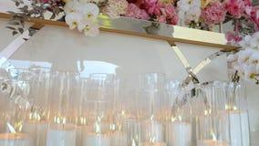 Velas en la decoración que se casa, decoración de la ceremonia que se casa almacen de video