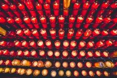 Velas en la iglesia Velas ardientes sagradas en la iglesia La iglesia mira al trasluz el fondo Imagen de archivo