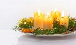 Velas en la placa, advenimiento, la Navidad Foto de archivo libre de regalías