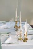 Velas en la tabla en el restaurante Ajuste de la tabla en un café Fotos de archivo