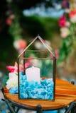 Velas en las lámparas de cristal Decoraciones de la boda El casarse en Monteneg Imágenes de archivo libres de regalías