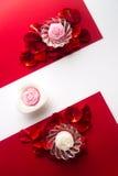 Velas en los pétalos en un fondo del corazón, blanco y rojo con Fotos de archivo libres de regalías