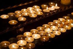 Velas en una iglesia oscura Foto de archivo