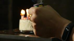 Velas en una torta de cumpleaños, velas extinguidas Concepto de la celebración Cámara lenta almacen de metraje de vídeo