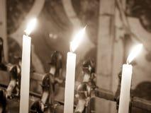 Velas encendidas en la iglesia Foto de archivo libre de regalías