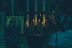 Velas encendidas en la iglesia fotos de archivo libres de regalías