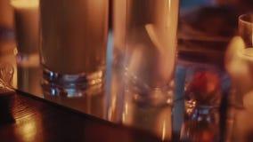 Velas encendidas en tazas de cristal anchas almacen de video