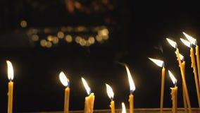 velas encendidas iglesia almacen de metraje de vídeo