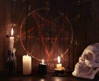 velas 07_Evil contra fondo de madera con pentagram Imágenes de archivo libres de regalías