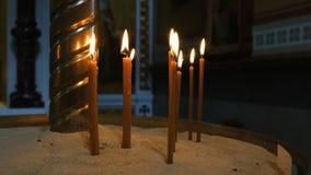 Velas finas que queimam-se na igreja filme