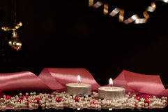 Velas, fita cor-de-rosa e fundo preto Imagem de Stock