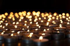 Velas flamejantes Imagem espiritual dos tealights que fornecem l sagrado imagem de stock