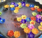 Velas flotantes en el agua Foto de archivo libre de regalías