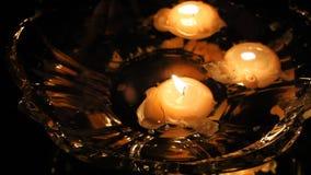 Velas flotantes en una vieja noche del florero de cristal Calma y relajación Romance y amor La reflexión en la superficie del esp almacen de video