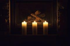 Velas grandes blancas que se colocan en la chimenea Fotografía de archivo libre de regalías