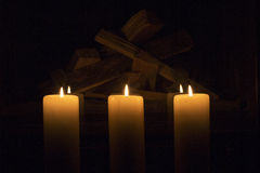 Velas grandes blancas que se colocan en la chimenea Fotografía de archivo