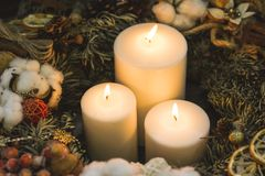 Velas grandes do White Christmas em uma grinalda do pinho Fotos de Stock Royalty Free